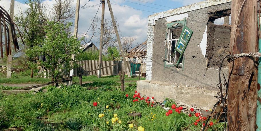 Цветы у взорванного дома