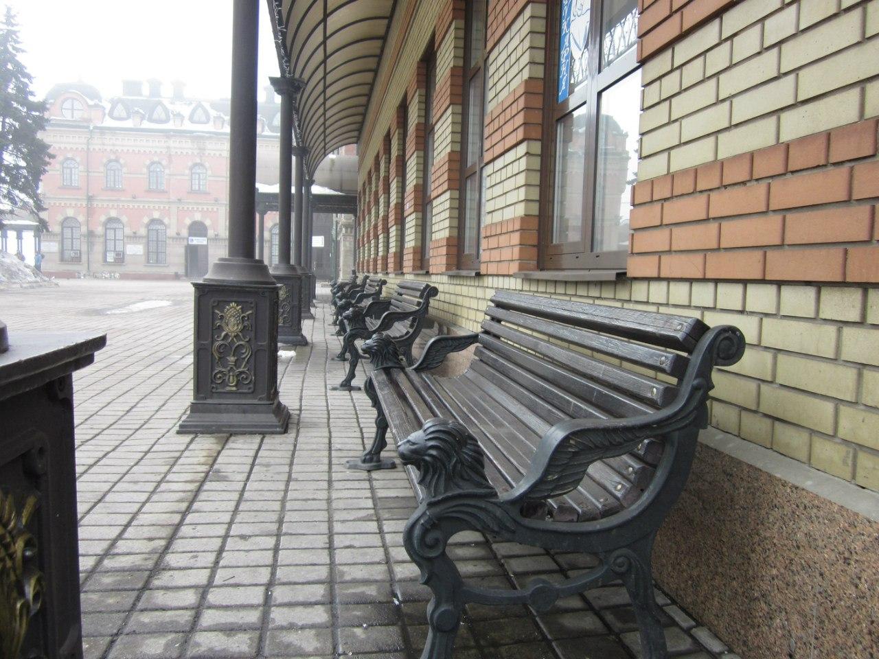 Лавочки на вокзале в Дебальцево