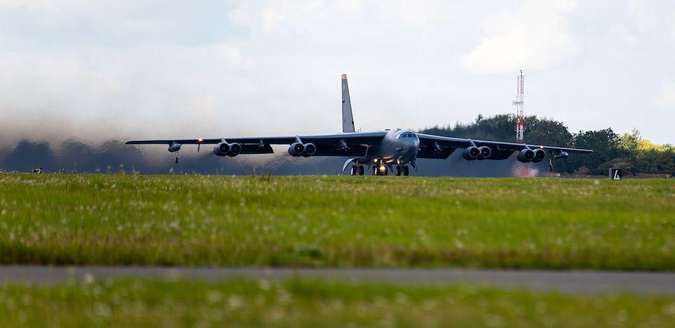 Американский стратегический бомбардировщик В-52 в небе Украины