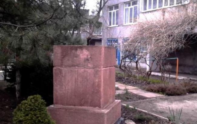 Пустующий постамент в Мариуполе