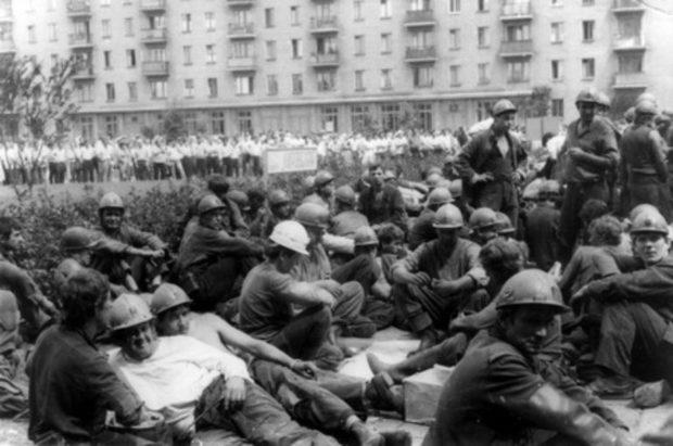 Бастующие шахтеры на площади Ленина в Донецке
