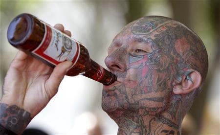 Британский болельщик выпивает, но не закусывает