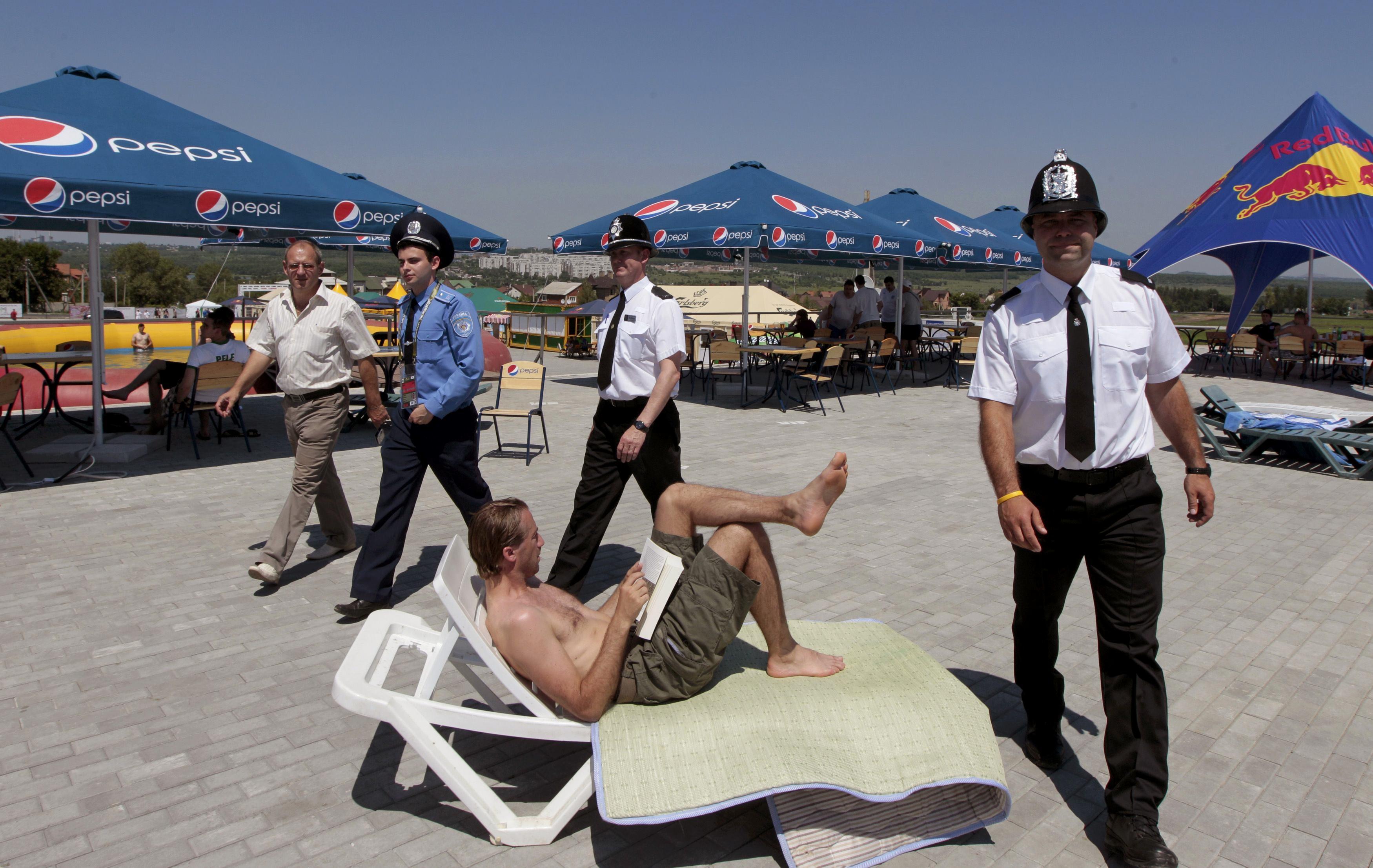 Бобби патрулируют кемпинг парк