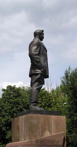 Памятник Артёму под правильным углом