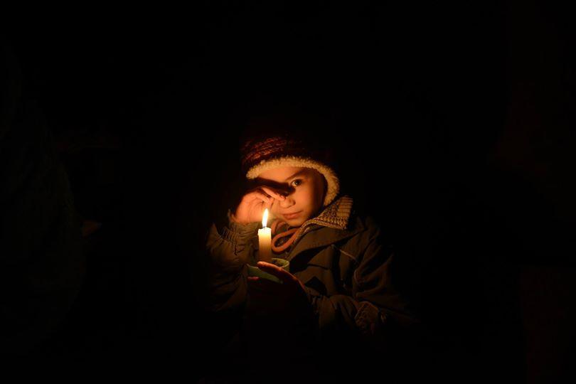 Девочка в подвале на фото Александра Худотеплого