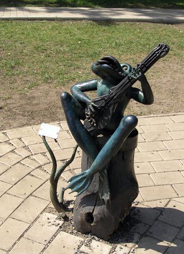 Лягушка, играющая на гитаре