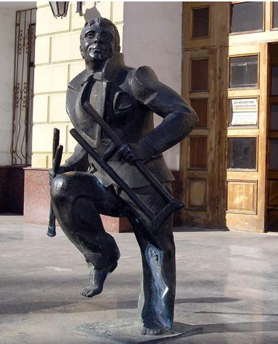 Памятник ломающему костыли