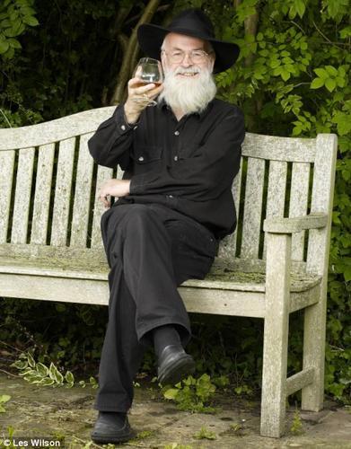 Терри Пратчетт с бокалом и на скамье
