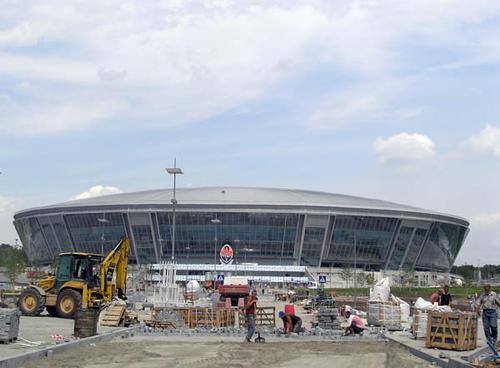 Донбасс Арена. Вид с центральной аллеи.