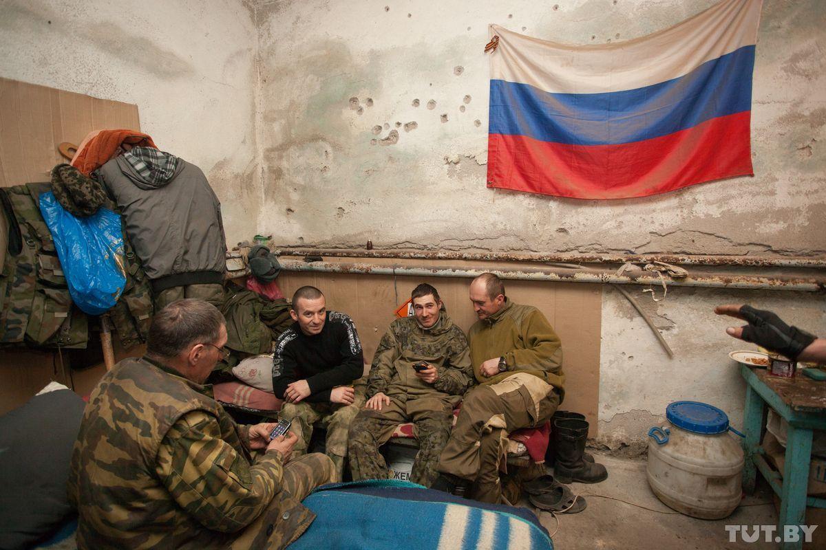 российский флаг на стене казармы.