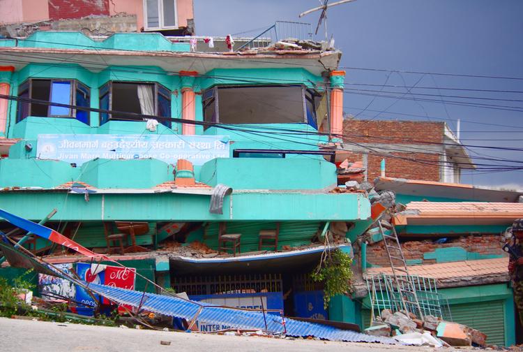 Два этажа сколлапсировали, но, в целом, стоит