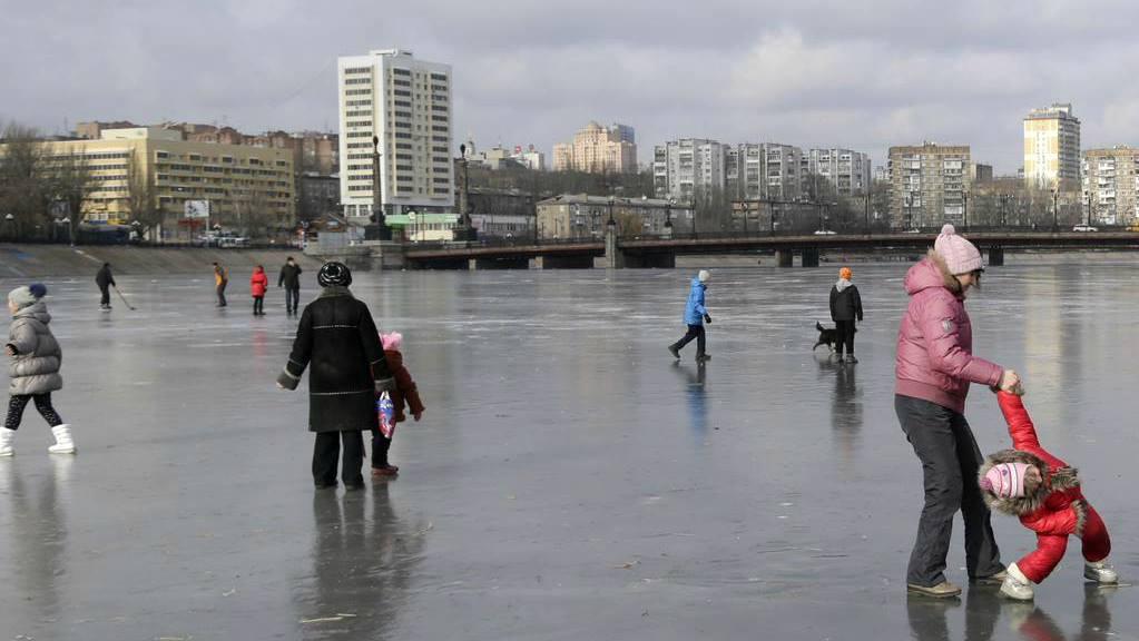 Зима на реке Кальмиус в Донецке, который замерз