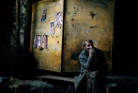 Шахтёр курит после смены на шахте в Енакиеве