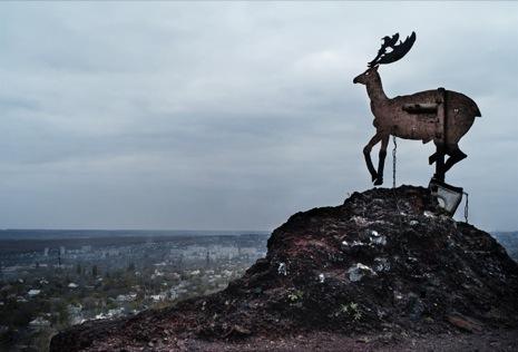Фигурка оленя на вершине одного из терриконов в Донецке