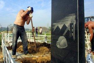 Горняки роют могилы погибшим товарищам