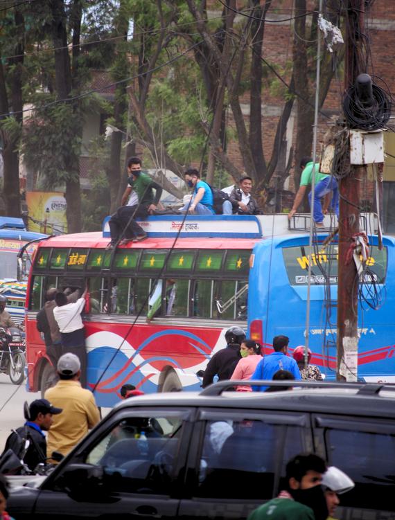 Народ эвакуируется из Катманду