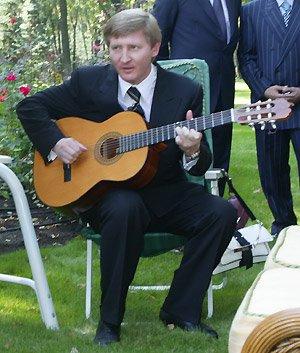 Ринат Ахметов играет на гитаре