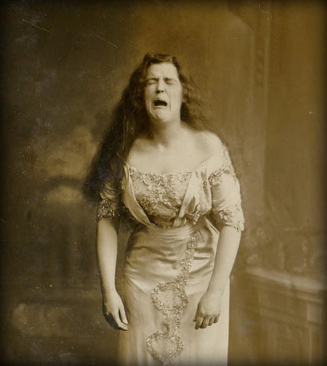Портрет женщины, которая чихнет